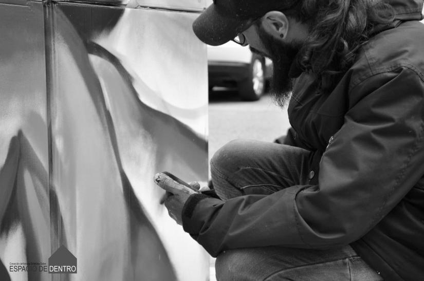 javier Dolera pintando graffiti